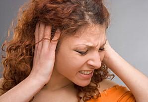 Симптомы отита - боль в ухе, температура, тошнота